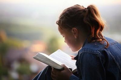 girl-reading-bible