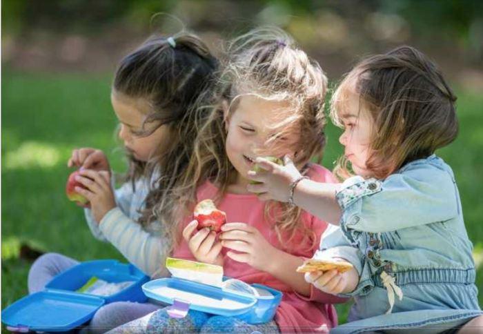 girls sharing lunch